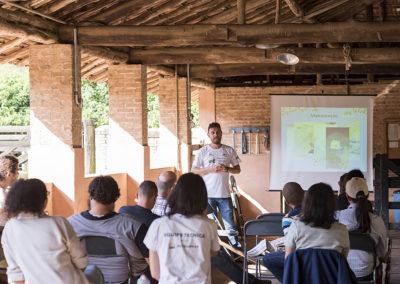 Apresentação sobre Restauração Florestal em propriedades rurais para produtores rurais e técnicos, em Unidade Demonstrativa do Projeto, localizada em Piracaia (SP) - Crédito: Tiago Baccarin / Estúdio Garagem