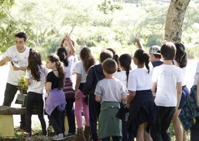 Equipe de Educação Ambiental do Projeto Semeando Água distribui mudas de árvores nativas para crianças do Ensino Fundamental em Piracaia (SP) realizarem plantio em espaço público