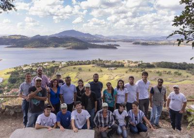 Produtores rurais, técnicos e equipe do Projeto Semeando Água durante capacitação em Bragança Paulista (SP). O reservatório ao fundo é o Jaguari, um dos cinco que compõem o Sistema Cantareira - Crédito: Tiago Baccarin / Estúdio Garagem