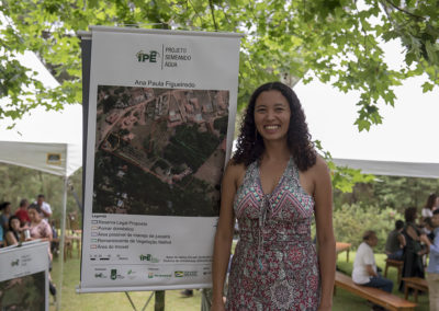 Produtora rural ao lado do banner com o planejamento da propriedade, em Nazaré Paulista - Crédito: Tiago Baccarin/ Estúdio Garagem