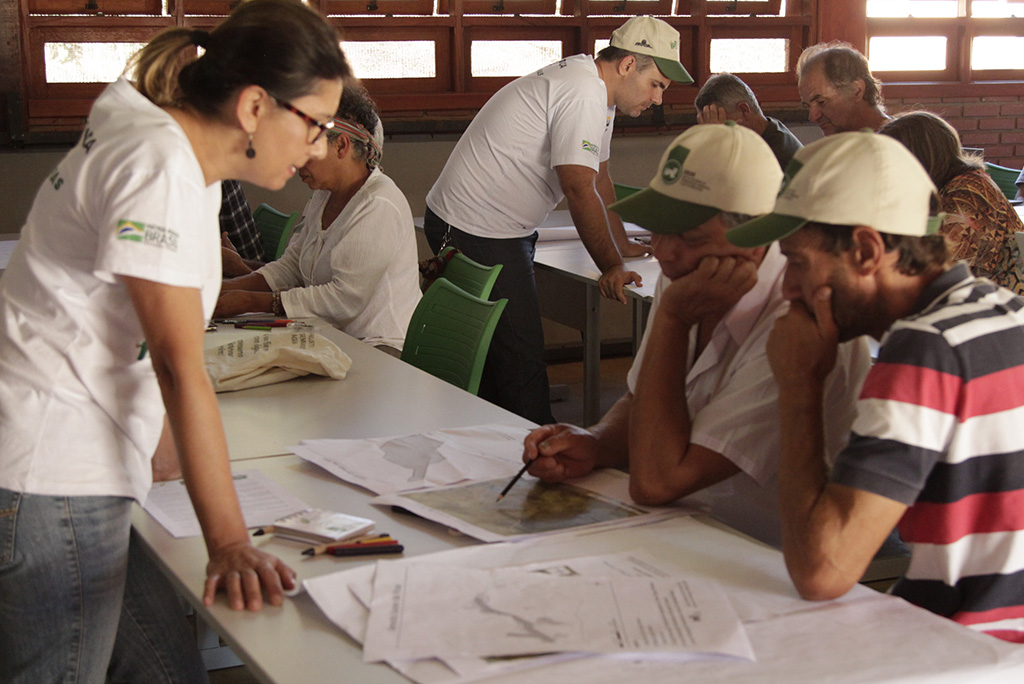 Produtores rurais iniciam o planejamento da propriedade com orientações da equipe do Projeto durante curso para produtores do sul de Minas de Gerais